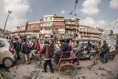 Delhi India, Styczeń, - 27, 2017: zwyczajny crowdy miasta życie przy Chandni Chowk, Stary Delhi, sławny podróży miejsce przeznacz Obrazy Stock