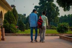DELHI INDIA, WRZESIEŃ, - 25 2017: Niezidentyfikowana homoseksualna para trzyma ich odprowadzenie i ręki wokoło Ikrustowanego marm Fotografia Stock