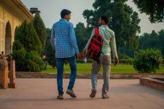 DELHI INDIA, WRZESIEŃ, - 25 2017: Niezidentyfikowana homoseksualna para trzyma ich odprowadzenie i ręki wokoło Ikrustowanego marm Zdjęcia Stock