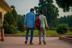 DELHI INDIA, WRZESIEŃ, - 25 2017: Niezidentyfikowana homoseksualna para trzyma ich odprowadzenie i ręki wokoło Ikrustowanego marm Obrazy Royalty Free