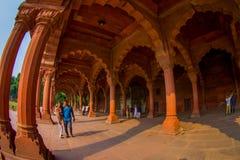 DELHI INDIA, WRZESIEŃ, - 25 2017: Niezidentyfikowani ludzie chodzi przy wnętrzami Czerwony fort w Delhi, India, fort byli Obraz Royalty Free