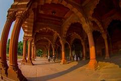 DELHI INDIA, WRZESIEŃ, - 25 2017: Niezidentyfikowani ludzie chodzi przy wnętrzami Czerwony fort w Delhi, India, fort byli Obrazy Stock