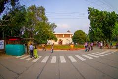 DELHI INDIA, WRZESIEŃ, - 25 2017: Niezidentyfikowani ludzie chodzi w ulicie Agra fortu czerwona świątynia blisko, Taj Mahal Fotografia Royalty Free