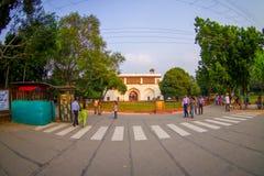 DELHI INDIA, WRZESIEŃ, - 25 2017: Niezidentyfikowani ludzie chodzi w ulicie Agra fortu czerwona świątynia blisko, Taj Mahal Fotografia Stock
