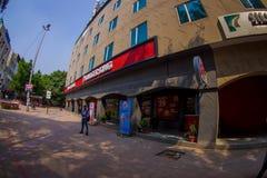 Delhi India, Wrzesień, - 27, 2017: Niezidentyfikowany mężczyzna czekanie na zewnątrz restauraci Burger King Ja ` s jedyny Obrazy Stock