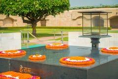 DELHI INDIA, WRZESIEŃ, - 25 2017: Nowożytny grób w Rajghat, New Delhi jako pomnik przy Mahatma Gandhis ciała kremaci miejscem Obrazy Royalty Free