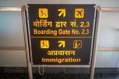 DELHI INDIA, WRZESIEŃ, - 19, 2017: Pouczający znak z kolorów żółtych listami w czarnym tle w wyjściu Zdjęcie Stock