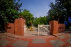 DELHI INDIA, WRZESIEŃ, - 25 2017: Wspaniały wchodzić do park dokąd lokalizuje Rajghat, New Delhi jako pomnik przy Zdjęcie Royalty Free