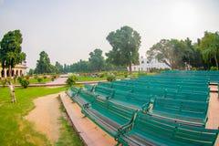 DELHI INDIA, WRZESIEŃ, - 25 2017: Zakończenie up z rzędu niektóre jawni zieleni krzesła w parku Czerwony fortu kompleks, wewnątrz Zdjęcie Royalty Free
