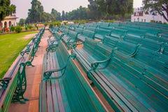 DELHI INDIA, WRZESIEŃ, - 25 2017: Zakończenie up z rzędu niektóre jawni zieleni krzesła w parku Czerwony fortu kompleks, wewnątrz Zdjęcia Royalty Free
