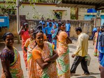 DELHI INDIEN - AUGUSTI 04 2017: Oidentifierat skolbarnbesök i Delhi, Indien Gravvalvet för Humayun ` s var den första trädgården Royaltyfri Fotografi