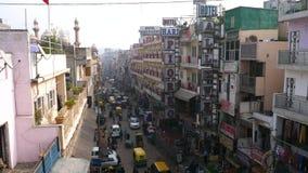 Delhi, Indien - 15. Dezember 2017: Beschäftigte indische Straße stock footage
