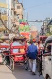 DELHI INDIEN - OKTOBER 22, 2016: Gatatrafik i mitten av Delhi, Indi arkivbild