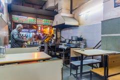 DELHI INDIEN - OKTOBER 22, 2016: Liten billig eatery i det Paharganj området av Delhi, Indi royaltyfria foton