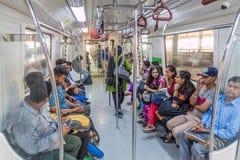 DELHI INDIEN - OKTOBER 24, 2016: Passagerare rider i den Delhi tunnelbanan, Indi arkivbilder