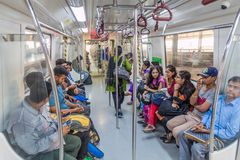 DELHI, INDIEN - 24. OKTOBER 2016: Passagiere reiten in Delhi-Metro, Indi stockbilder