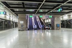 DELHI INDIEN - OKTOBER 22, 2016: Sikt av en tunnelbanastation på Indira Gandhi International Airport i Delhi, Indi arkivbilder