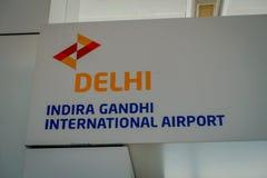 DELHI INDIEN - SEPTEMBER 19, 2017: Informativt tecken av Delhi i Indira Gandhi Internacional Airport av Delhi Arkivbilder
