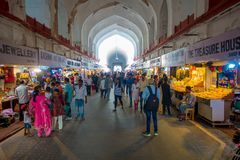 DELHI, INDIEN - 25. SEPTEMBER 2017: Menge von den Leuten, die innerhalb des Basars im roten Fort in Delhi, Indien gehen und kaufe Stockfotos