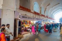 DELHI, INDIEN - 25. SEPTEMBER 2017: Menge von den Leuten, die innerhalb des Basars im roten Fort in Delhi, Indien gehen und kaufe Stockfoto