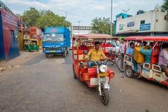 DELHI, INDIEN - 25. SEPTEMBER 2017: Nicht identifizierte Leute innerhalb rote motrocycles in der Allee in Paharganj, Delhi Stockbild
