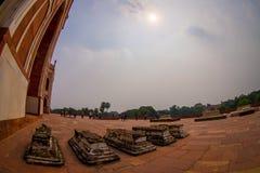 DELHI INDIEN - SEPTEMBER 19, 2017: Oidentifierat folk som framme går av den Humayun s gravvalvet, med solen som igenom shinning Fotografering för Bildbyråer