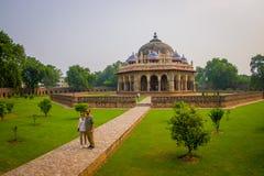 DELHI INDIEN - SEPTEMBER 19, 2017: Oidentifierat folk som framme poserar för en bild av en härlig gravvalvbyggnad av Isa Royaltyfria Foton