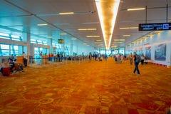 DELHI INDIEN - SEPTEMBER 19, 2017: Oidentifierat folk som går i den internationella flygplatsen av Delhi, Indira Gandhi Fotografering för Bildbyråer
