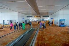 DELHI INDIEN - SEPTEMBER 19, 2017: Oidentifierat folk som går inom av den internationella flygplatsen av Delhi, någon av Fotografering för Bildbyråer