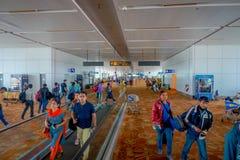 DELHI INDIEN - SEPTEMBER 19, 2017: Oidentifierat folk som går inom av den internationella flygplatsen av Delhi, någon av Royaltyfri Fotografi