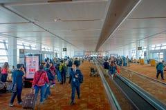 DELHI INDIEN - SEPTEMBER 19, 2017: Oidentifierat folk som går inom av den internationella flygplatsen av Delhi, någon av Arkivfoton
