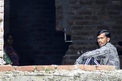Delhi Indien, september 3, 2010: Ungt indiskt mansammanträde på ett f Royaltyfri Fotografi