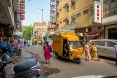 DELHI INDIEN - SEPTEMBER 19, 2017: Upptagen indisk gatamarknad i New Delhi, Indien Befolkning för Delhi ` s överträffade 18 royaltyfri foto