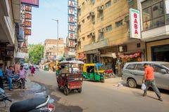 DELHI INDIEN - SEPTEMBER 19, 2017: Upptagen indisk gatamarknad i New Delhi, Indien Befolkning för Delhi ` s överträffade 18 royaltyfria bilder