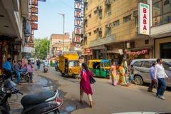 DELHI INDIEN - SEPTEMBER 19, 2017: Upptagen indisk gatamarknad i New Delhi, Indien Befolkning för Delhi ` s överträffade 18 royaltyfria foton