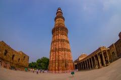 DELHI, LA INDIA - 20 DE JULIO DE 2015: Qutub Minar, uno del sitio del heritag del mundo de la UNESCO, construido en el comienzo d Fotos de archivo libres de regalías