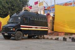 Delhi, la India: 18 de octubre de 2015: La policía de Delhi apoya los vehículos en el campus rojo del fuerte en Nueva Deli Imagenes de archivo