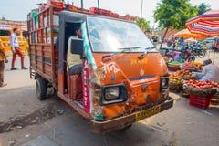 DELHI, LA INDIA - 19 DE SEPTIEMBRE DE 2017: Ciérrese para arriba del autobús viejo del escolar en las calles del paharganj, con m foto de archivo
