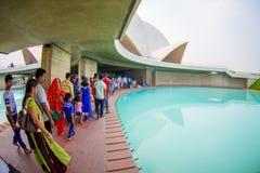 Delhi, la India - 27 de septiembre de 2017: Gente no identificada dentro de la estructura empedrada enorme Lotus Temple, cerca de Imágenes de archivo libres de regalías