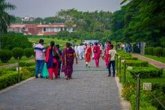 Delhi, la India - 27 de septiembre de 2017: Gente no identificada que camina para visitar a Lotus Temple, situada en Nueva Deli,  Fotos de archivo libres de regalías