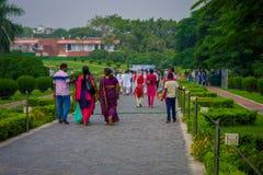 Delhi, la India - 27 de septiembre de 2017: Gente no identificada que camina para visitar a Lotus Temple, situada en Nueva Deli,  Foto de archivo libre de regalías