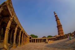 DELHI, LA INDIA - 25 DE SEPTIEMBRE DE 2017: Qutub Minar, uno del sitio del heritag del mundo de la UNESCO, construido en el comie Foto de archivo libre de regalías