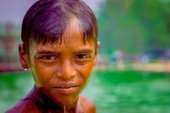 Delhi, la India - 16 de septiembre de 2017: Retrato de ascendente del muchacho indio sonriente no identificado que mira la cámara Imagen de archivo libre de regalías