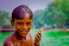 Delhi, la India - 16 de septiembre de 2017: Retrato de ascendente del muchacho indio sonriente no identificado que mira la cámara Imagenes de archivo