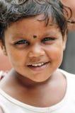Delhi, la India, el 3 de septiembre de 2010: Cara del niño femenino joven que mira el ona un fotógrafo, la India Fotos de archivo