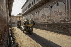 Delhi, la India Tuk de Tuk taxi indio tradicional del carrito del moto encendido ilustración del vector
