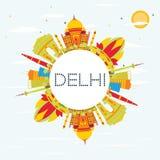 Delhi linia horyzontu z kolorów budynkami, niebieskim niebem i kopii przestrzenią,