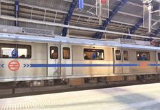 Delhi-Metrozug an einer weniger gedrängten Metrostation in Neu-Delhi in der Mittagszeit stockbild