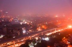 Delhi Noida Gurgaon mit schwerem Verschmutzungssmog an der Dämmerung Stockbild
