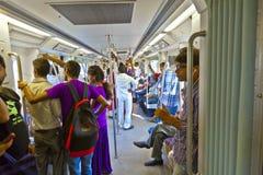 DELHI - NOVEMMER 11: landender Metrozug der Passagiere auf Novembe Stockfotografie
